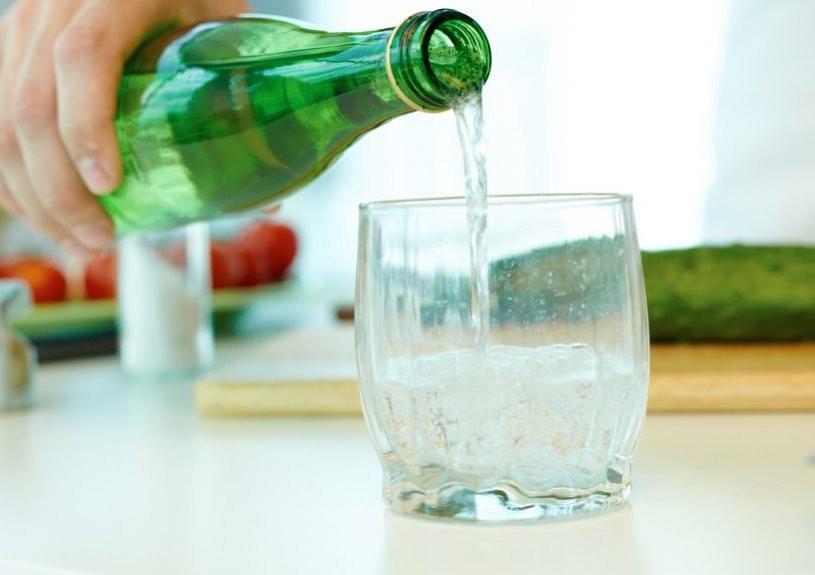 Tutta la verità sull'acqua gassata: fa bene o male?